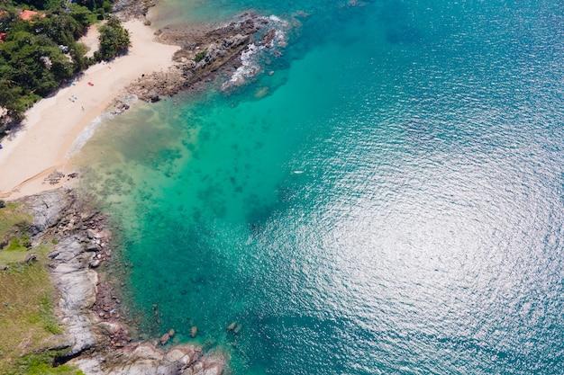空撮自然海。ターコイズブルーの海