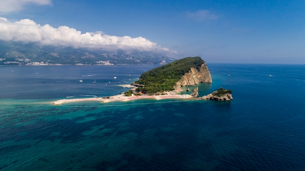 Вид с воздуха на пляжный остров в адриатическом море.