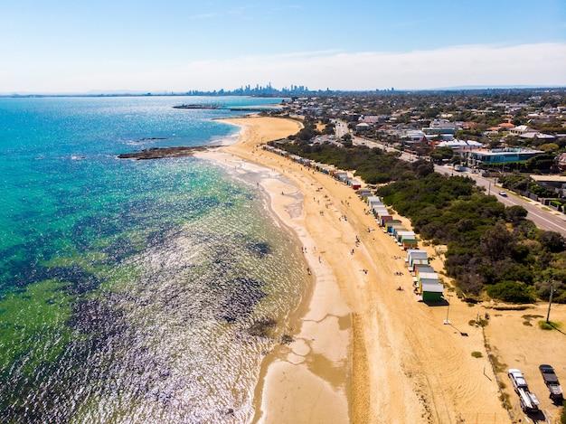 사람들이 있는 아름다운 해변의 공중 전망