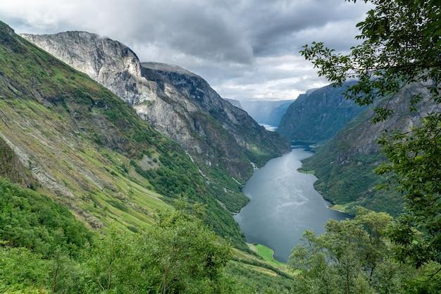 美しいノルウェーのフィヨルド、ソグネフィヨルドの空撮。
