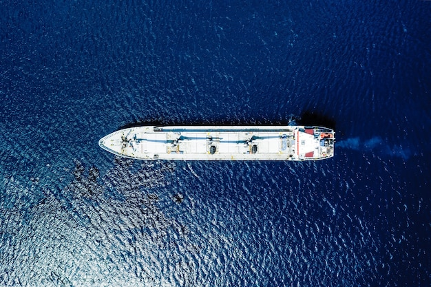 Вид с воздуха на синее море и лодку