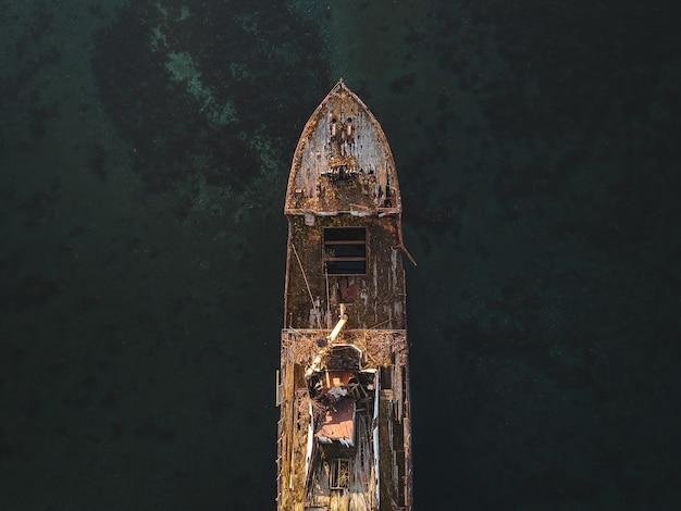 Вид с воздуха на лодке в море