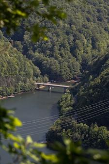 ルーマニア、トランシルヴァニアの素晴らしい山の風景の中の橋の空撮