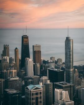 米国シカゴの背の高い高層ビルと街並みの空撮