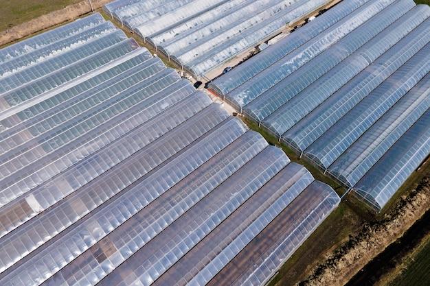 실내 농업 열회수 전력 소비와 유기농 식물 보호 개념을 재배하는 투명한 필름으로 덮인 온실의 공중 전망