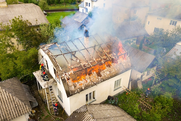 주황색 화 염과 흰색 두꺼운 연기와 불에 집의 공중보기.