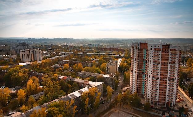 高層ビル、道路、新しい建物があるヨーロッパの大都市の航空写真。