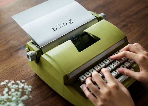Вид с воздуха на человека, печатающего на ретро пишущей машинке