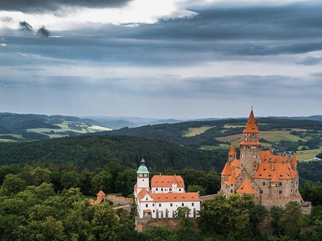 モラビアのチェコ地域の丘の上の中世の城の空撮