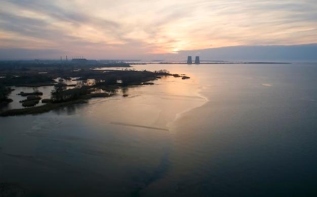 Вид с воздуха на атомную электростанцию в городе энергодар, украина