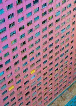 ダウンタウンのソーパウロ市にあるピンク色の建物の空撮。
