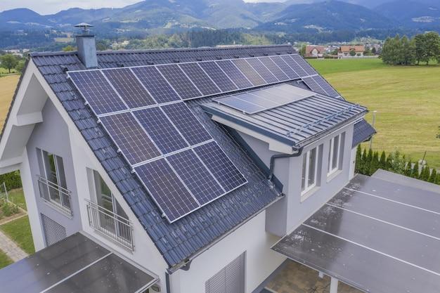 Вид с воздуха на частный дом с солнечными батареями на крыше