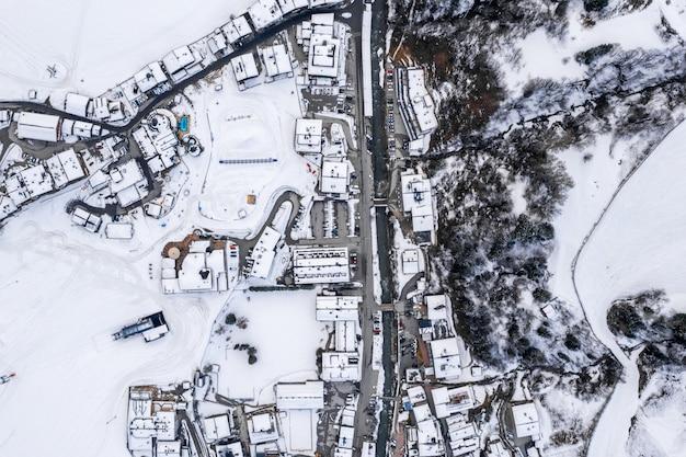 雪山に囲まれたオーストリアのリゾートタウンの空撮