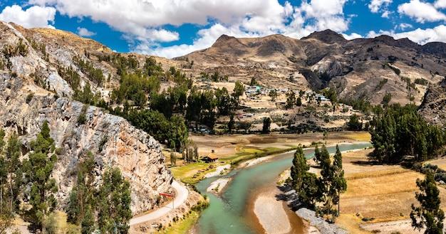 페루 안데스 산맥의 강의 공중 보기