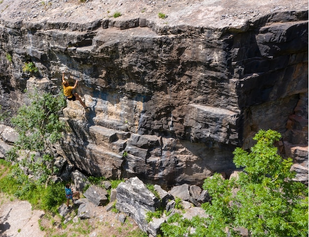 チェダー渓谷のロッククライマーの航空写真