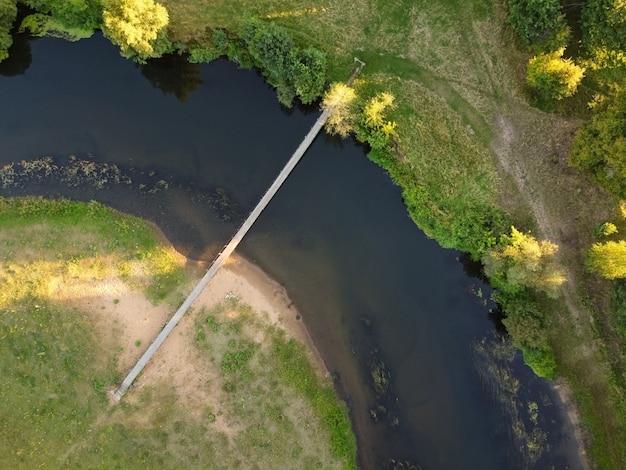 작은 강 위에 간단한 현수교의 항공보기