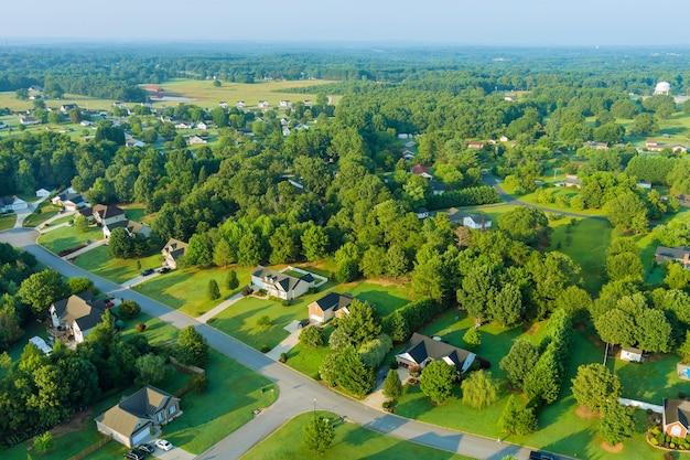 米国サウスカロライナ州ボイリングスプリングスの町の都市景観の家々の屋根の小さなスリーピングエリアの航空写真