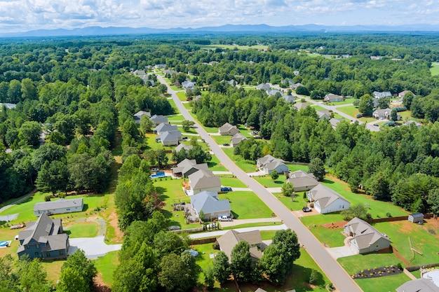 アメリカ合衆国サウスカロライナ州ボイリングスプリングスの町の都市景観の家々の屋根の小さなスリーピングエリアの航空写真