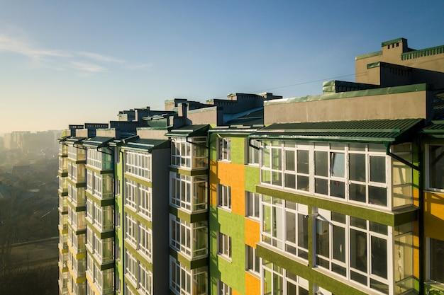 多くの窓とバルコニーのある高層住宅の空撮。