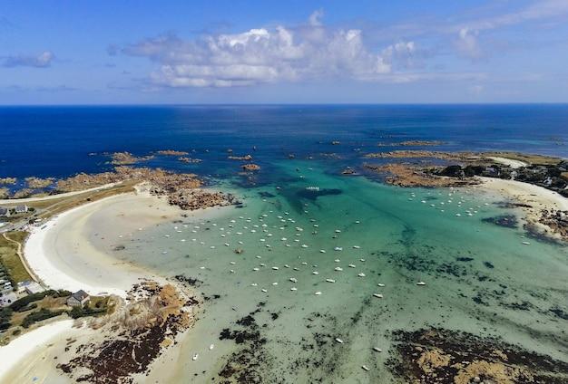 Вид с воздуха на тропический пляж