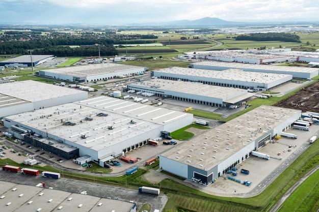 Вид сверху на склад, промышленный завод или логистический центр. вид сверху
