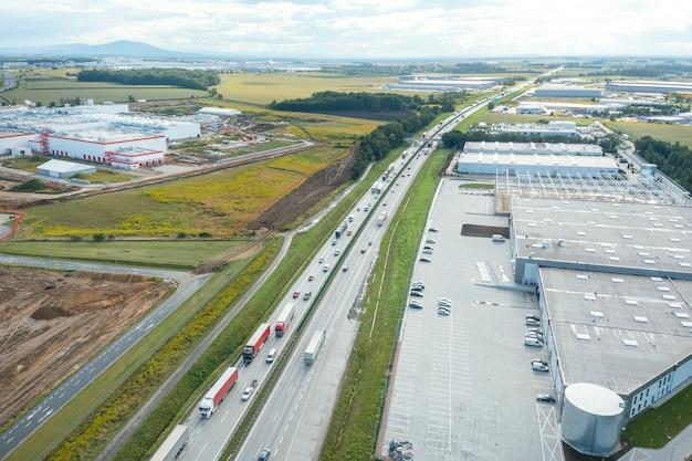上から見た倉庫、工場、ロジスティクスセンターの航空写真。上から見る