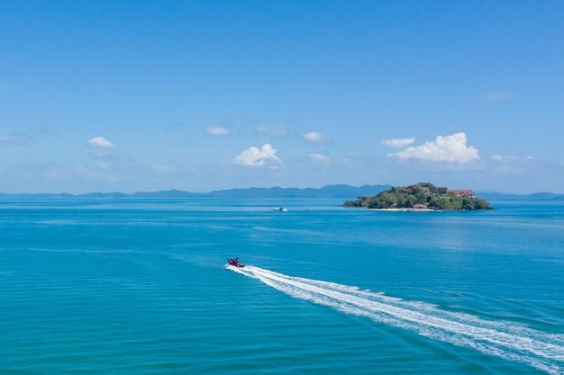 青い海に白いヨットの空撮