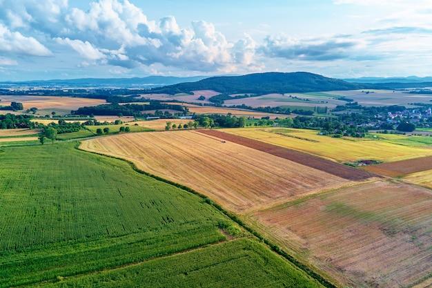 Аэрофотоснимок сельскохозяйственных и зеленых полей в сельской местности
