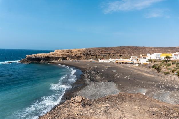 Вид с воздуха на пляж аджуй, пахара, западное побережье острова фуэртевентура, канарские острова. испания