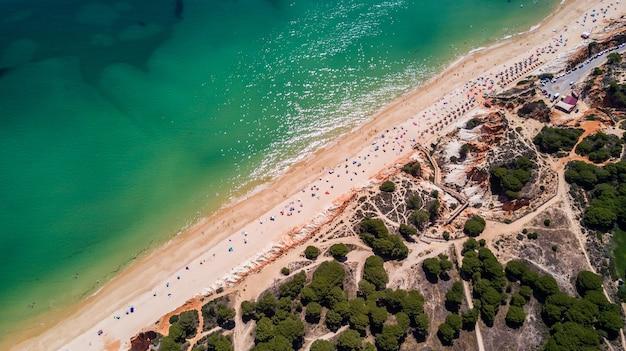 Вид с воздуха на пляж алгарве. красивый пляж фалезия сверху в португалии. летний отдых