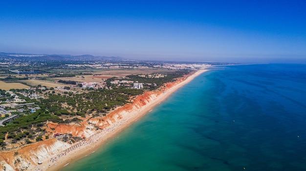 アルガルヴェビーチの空撮。ポルトガルの上から見た美しいファレシアビーチ。夏休み