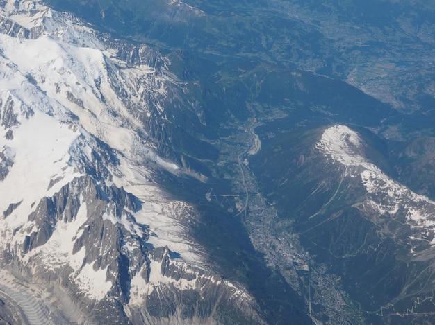 アルプス山の空撮