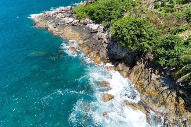 태국 푸켓(phuket thailand)의 아름다운 해변과 여름 시즌의 탁 트인 바다의 공중 전망 자연은 환경과 여행 배경을 회복했습니다.