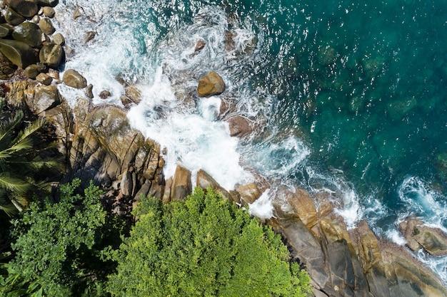 태국 푸켓의 놀라운 해변의 공중 보기 해안에 부서지는 아름다운 파도 여름 시즌의 최고 전망 바다 자연은 환경과 여행 배경을 회복했습니다.