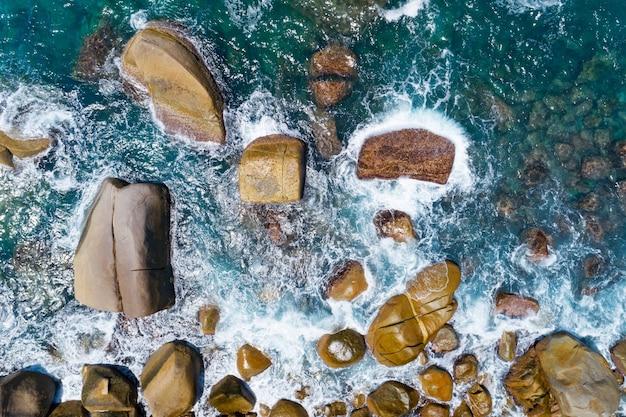 태국 푸켓에서 놀라운 해변의 공중 보기 해안에 부서지는 아름다운 파도 여름 시즌의 최고 전망 바다입니다.