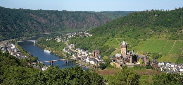 ドイツで撮影された古い城の空撮