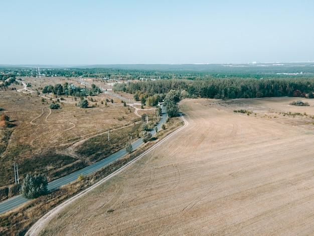 日中のオープンフィールドの空撮