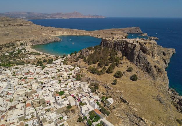 古代アクロポリスとリンドスの村、ロードス島、ギリシャの航空写真