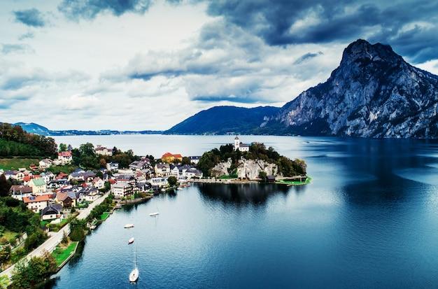 아름다운 산 풍경이 있는 오스트리아 호수의 공중 전망