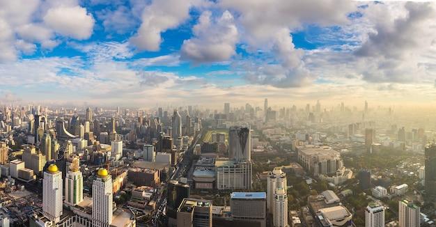 Аэрофотоснимок бангкока на закате в пасмурном небе
