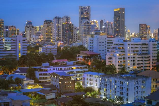 Вид с воздуха на современные офисные здания бангкока, кондоминиум, жилое место в городе бангкок