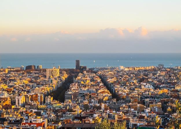 11월 스페인 일몰의 공원 구엘에서 바르셀로나 시내와 지중해의 공중 전망