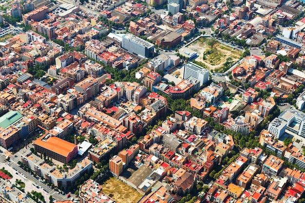 Вид с воздуха на городской пейзаж барселоны. каталония