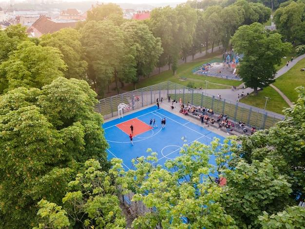 屋外のバスケットボールコートの空撮コピースペース