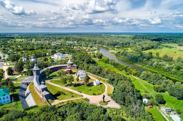 Вид с воздуха на батуринскую крепость с рекой сейм в черниговской области украины