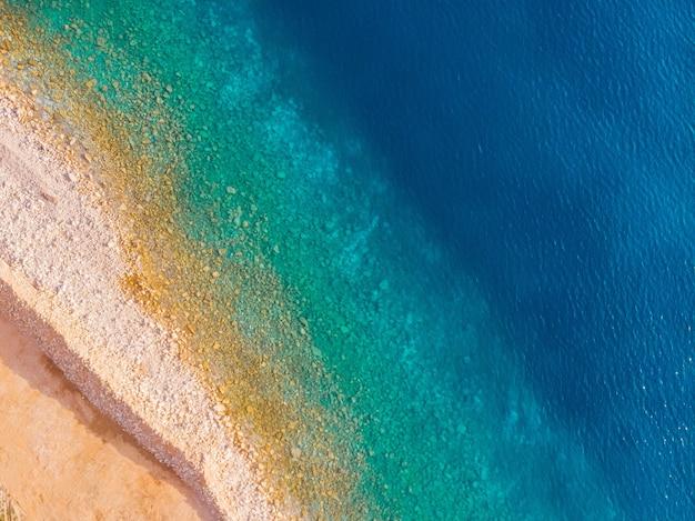 モンテネグロのアドリア海沿岸のビーチの空撮
