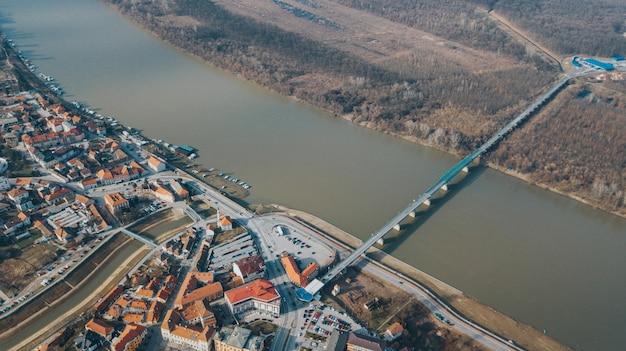 Аэрофотоснимок прекрасного города и реки