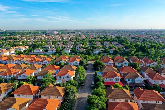 Вид с воздуха на красивую родную деревню и поселок города