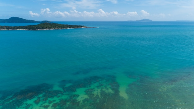 열대 바다 여름 시즌 화창한 날, 자연 환경과 여행 배경 개념에 아름다운 섬의 공중보기.
