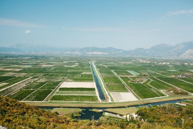 クロアチア南部の肥沃な土地と作物の美しい広い地域の空撮